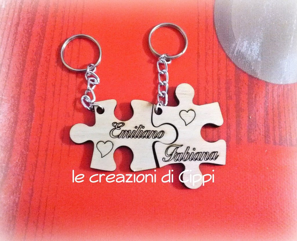 Portachiavi puzzle in legno con incisione personalizzata.