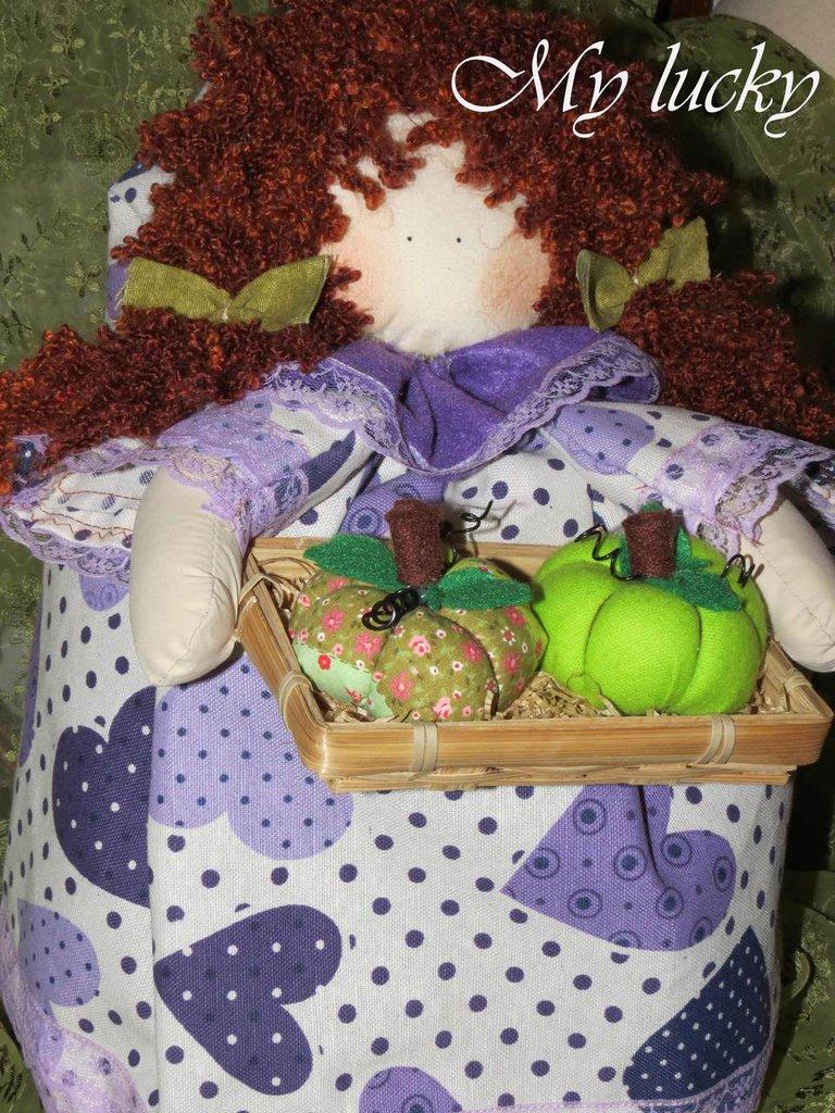 Bambola fermaporta in viola.