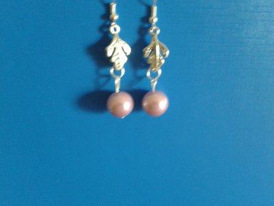 Orecchini con foglia di metallo e perla viola pendente Creazione Originale