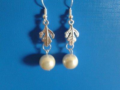 Orecchini con foglia di metallo e perla bianca pendente Creazione Originale