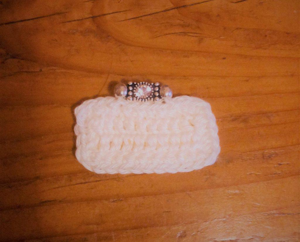 Borsetta pochette ad uncinetto modello clutch con fermaglino-gioiello fa parte della serie delle 8 mini bags decorazione o bomboniera