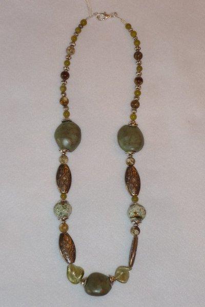Collana con perle in ceramica tonalità bianco/verde