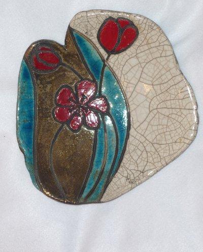 Ciotola in ceramica Raku con tulipani rossi