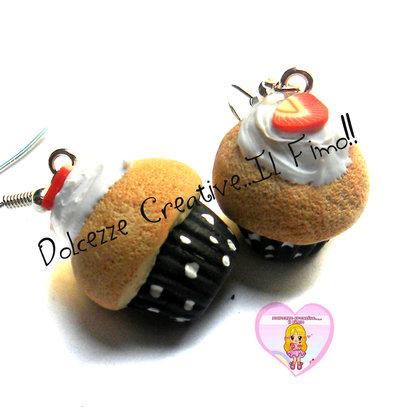 Orecchini cupcake con panna e fragole - pois bianchi - fimo cernit