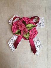 Spilla con bocciolo di rosa di organza e fiore a crochet-handmade