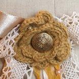 Spilla con fiore a crochet e bottone vintage-handamade
