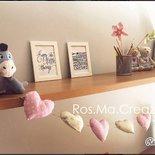 Festone, fila di cuoricini imbottiti di stoffa sul rosa