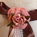 Spilla per abbigliamento con rose rosa di raso e lana, spilla Handmade, spilla a crochet