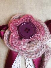 Spilla con fiore all' uncinetto di lana e bottone vintage-handmade