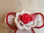 Spilla con fiore bianco all' uncinetto e rosellina rossa di raso, spilla Handmade, fiore a crochet