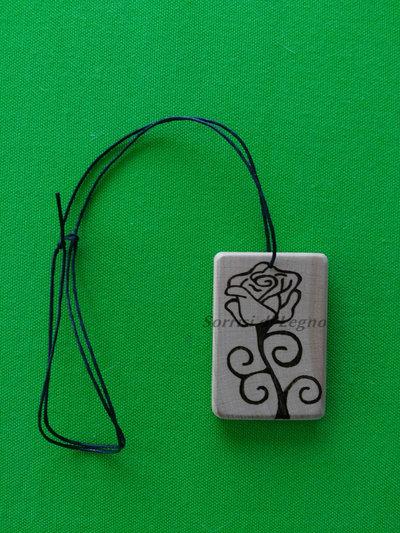 Ciondolo per collana in legno con rosa pirografata