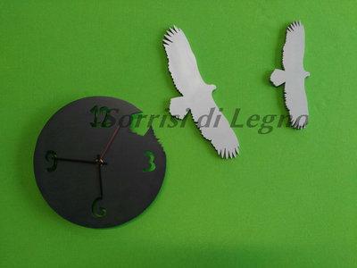 Orologio in legno con aquile in volo