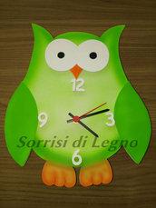 Orologio gufo fatto in legno colore verde