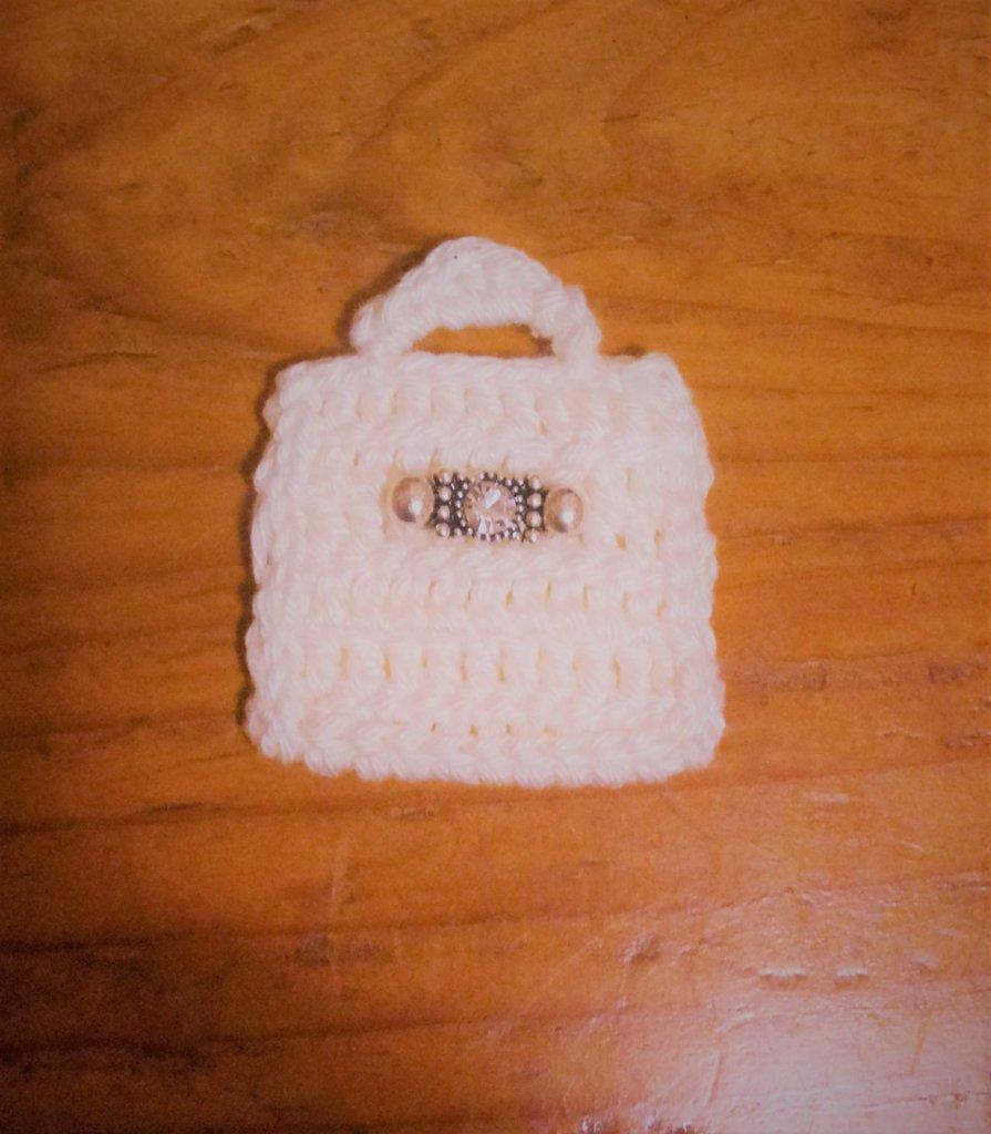 Borsetta bianca cartella a mano anche porta pc ad uncinetto con fermaglino-gioiello fa parte della serie delle 8 mini bags decorazione o bomboniera