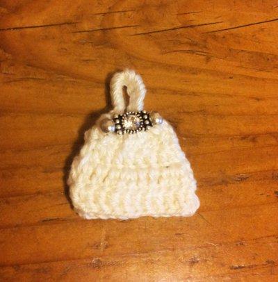 Borsetta bianca a zainetto ad uncinetto con fermaglino-gioiello fa parte della serie delle 8 mini bags decorazione o bomboniera