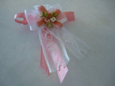 Delicata spilla di merletto raso  velluto e fiorellini