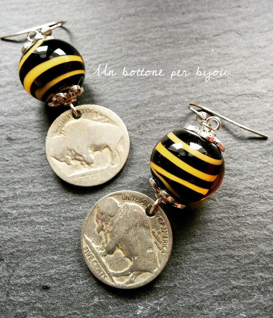 """Orecchini con monete d'epoca americane fuori corso """"Buffalo o """"Indiano Head"""" con perle tigrate in vero vetro di Murano"""
