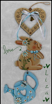 Decorazione da appendere con sagoma coniglietto e annaffiatoio.