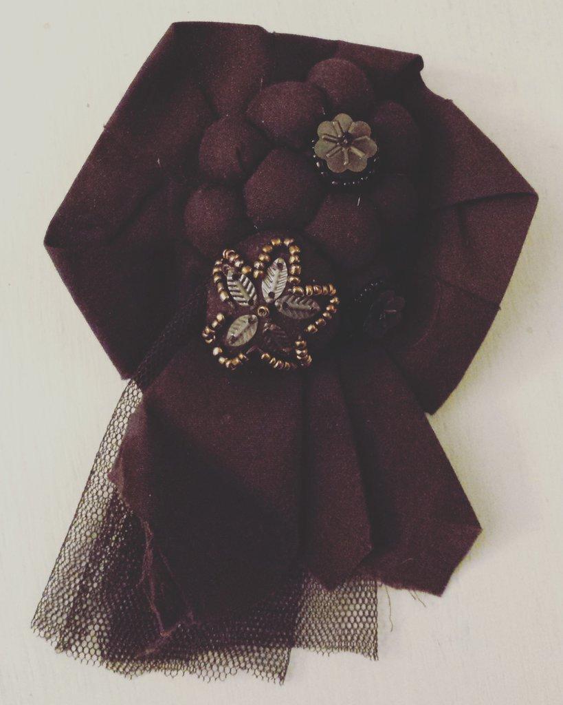 Spilla cotone marrone con fiore e perline