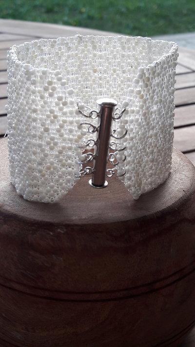 Bracciale bianco di perline fatto a mano