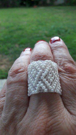 Anello bianco tessitura peyote