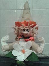 Elfo portafortuna con fiore