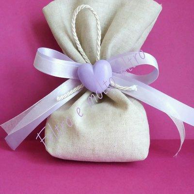 Sacchetto bomboniera in lino con cuore in gesso ceramico