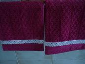 Coppia  di asciugamani per gli ospiti in ciniglia color bordeaux con pizzo.