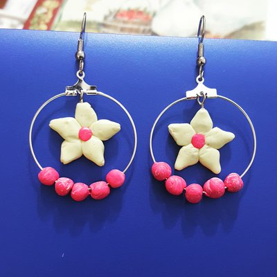 Orecchini a cerchio con fiore vaniglia interno e dettagli rosa