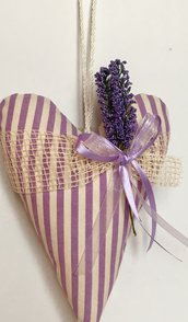 Cuore imbottito lilla con lavanda da appendere fatto a mano