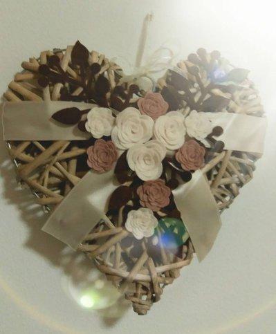 Ghirlanda fuoriporta cuore in vimini con rose in feltro bianche e marroncino