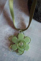 green flower collier