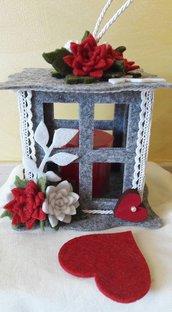Lanterna forata grigia e rossa con decorazioni a cuore