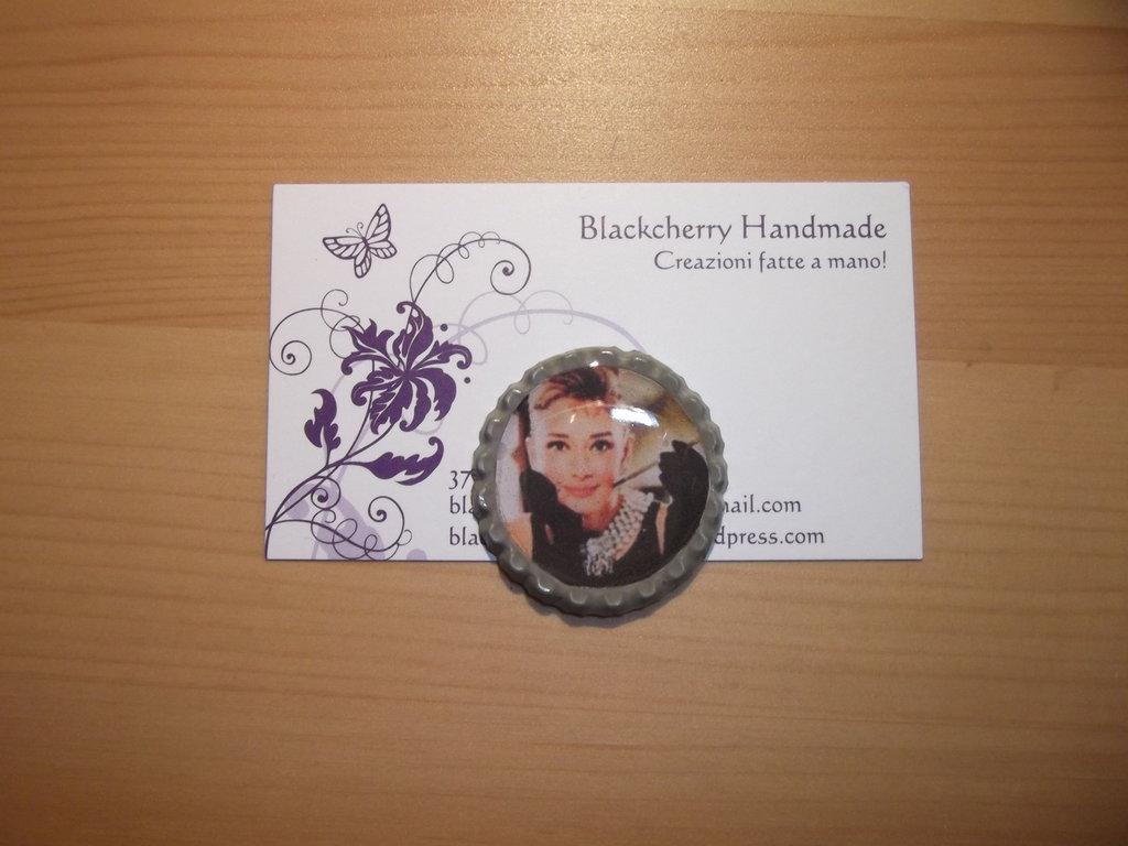 Bellissima Audrey Hepburn - ciondolo con tappo a corona