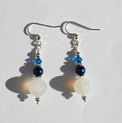 Orecchini pendenti in argento con agata bianca e perle blu