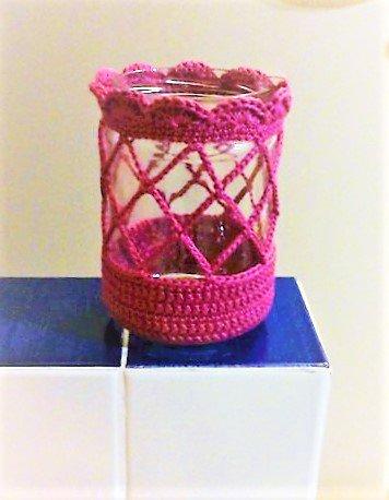 barattolo porta candele in vetro rivestito ad uncinetto con cotone rosa scuro