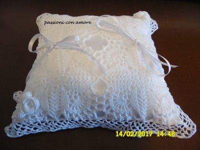 cuscino portafedi all'uncinetto con fiorellini e perline