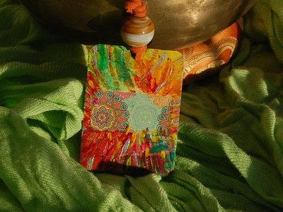 Ciondolo linea Eco-Yogica con mandala esplosione di colori
