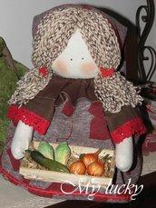Bambola fermaporta con cesto di frutta.