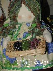 Bambola fermaporta con cesto d'uva.