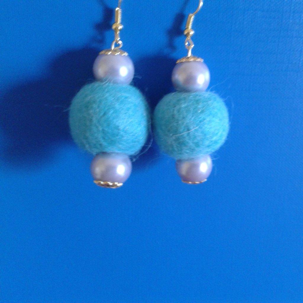 Orecchini perle celesti e palline di feltro celesti Creazione Originale