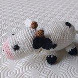 Mucca amigurumi bianca e nera con campanellino, fatta a mano all'uncinetto