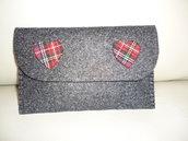 Portafoglio in feltro color antracite con cuoricini scozzesi cucito a mano