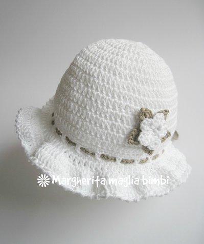 Cappellino bimba con doppio fiore bianco e tortora e laccetto tortora - uncinetto