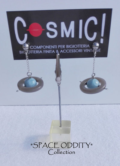 """Orecchini pendenti con satellite a sfera perlata - """"Space Oddity"""" Collection"""
