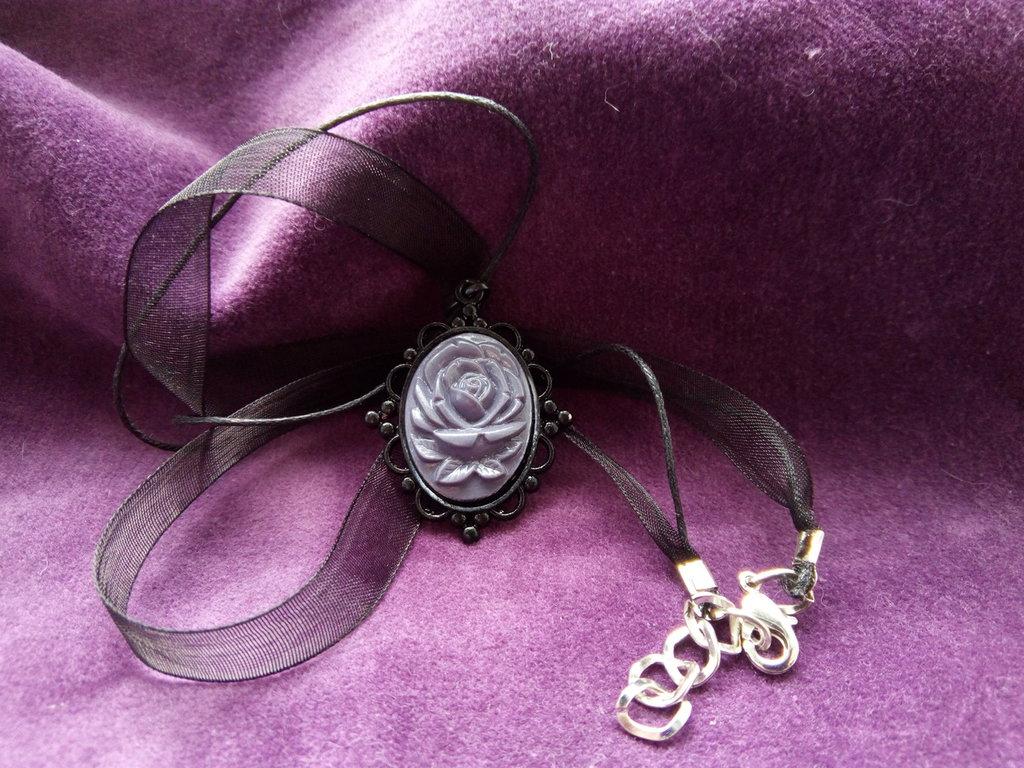 *Cammeo in resina glossy di rosa grigia con necklace di organza nera*