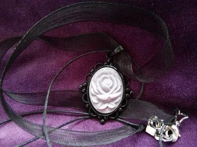 *Cammeo in resina glossy di rosa viola con necklace di organza nera*
