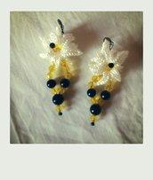 Orecchini fiore bianco,con perline nere e gialle
