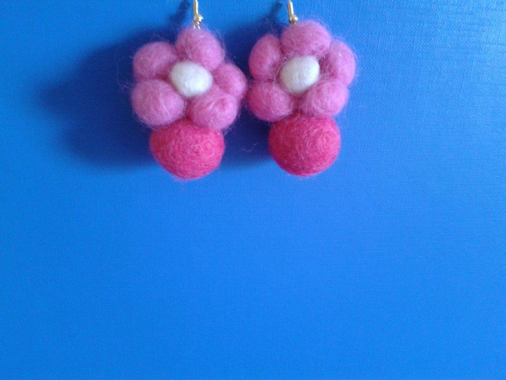 Orecchini con fiori di feltro rosa e palline di feltro fucsia Creazione Originale
