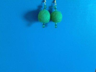 Orecchini con palline di feltro verdi e perline verdi Creazione Originale
